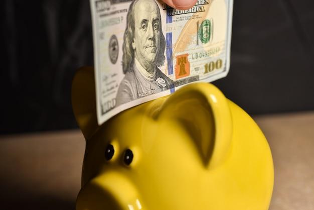 Cuenta de dinero en el cerdo de la hucha amarilla