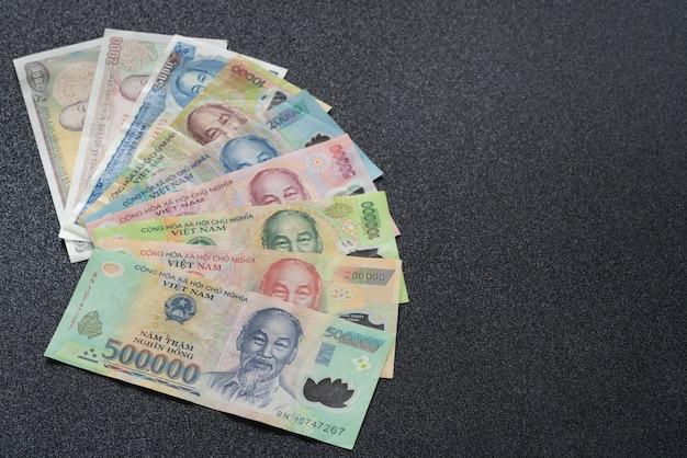Cuenta de dinero vietnamita en textura oscura