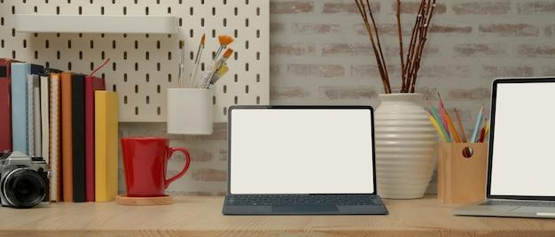 Cuento de estudio con tableta simulada, computadora portátil, libros, cámara, papelería, suministros y decoraciones en el escritorio de madera