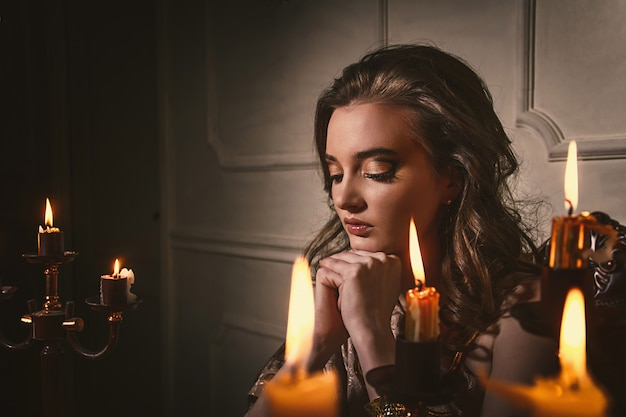 Cuento mágico de halloween, misticismo niña llama espíritus.
