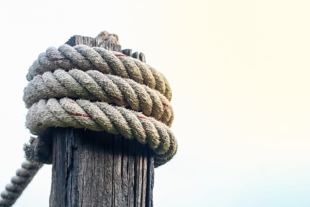Cuerda de anclaje atar el pilar de madera.