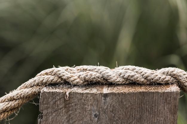 Cuerda de barco deshilachada en poste de madera