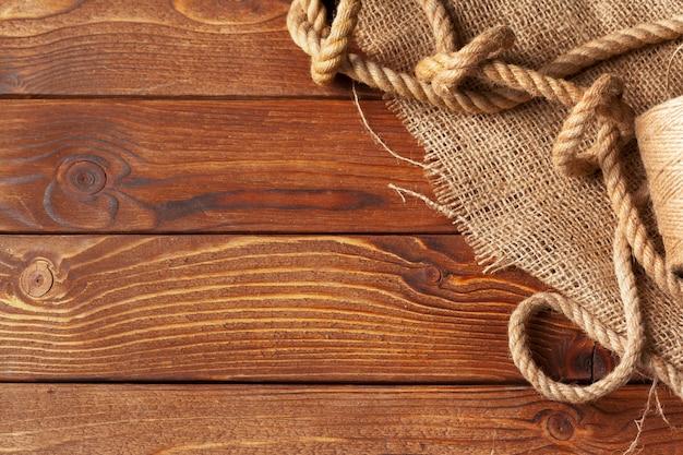 Cuerda de barco en mesa de madera