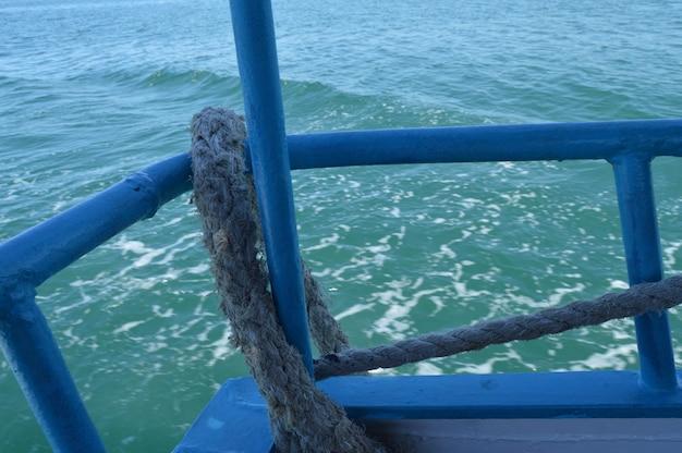 Cuerda gruesa del mar a bordo del barco, vista al mar.