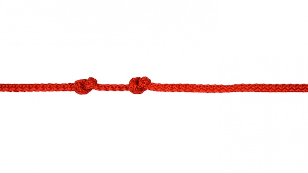 Cuerda roja con nudo aislado sobre fondo blanco