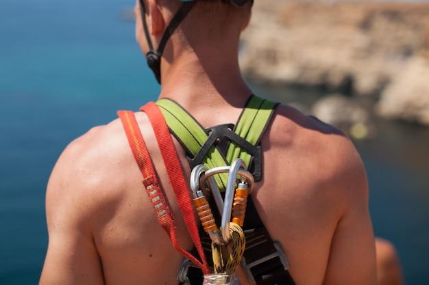 Cuerda saltar de un acantilado con una cuerda en el agua. el océano. mar. montaña.