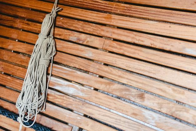 Cuerdas de barco anudadas para sostener velas.