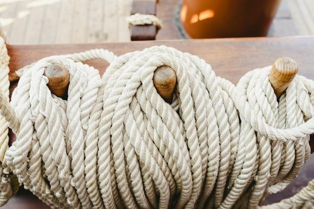 Cuerdas de barco anudadas para sostener las velas.