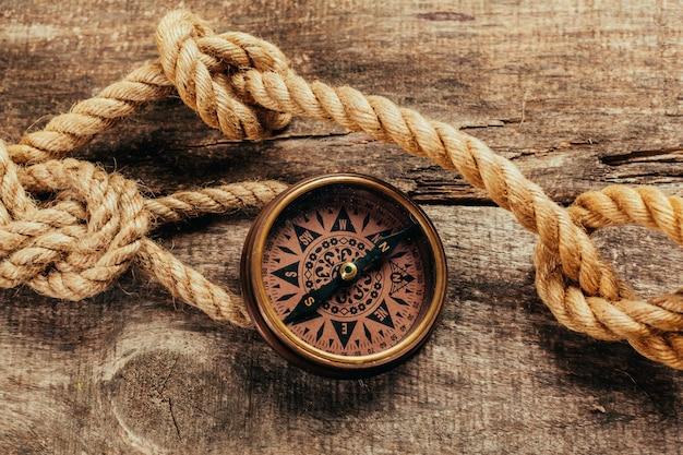 Cuerdas de barco y brújula en madera