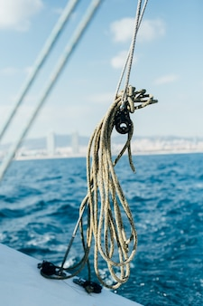 Cuerdas en la cubierta del yate de vela profesional