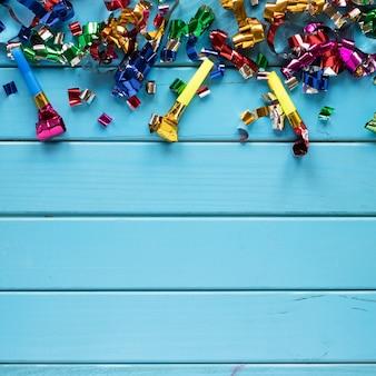 Cuernos de fiesta y confeti