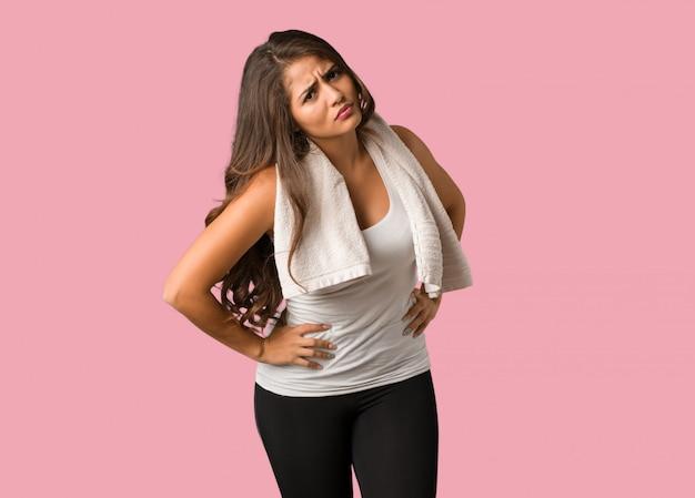Cuerpo completo joven fitness mujer con curvas regañando a alguien muy enojado