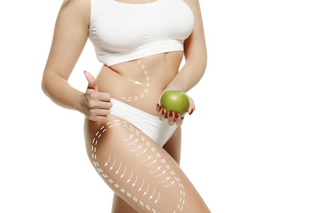 Cuerpo femenino con las flechas de dibujo. concepto de pérdida de grasa, liposucción y eliminación de celulitis. marcas en la mujer antes de la cirugía plástica. la imagen no tiene la forma del cuerpo retocada