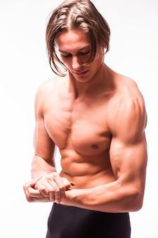 Cuerpo de hombre musculoso con six pack aislado en pared blanca