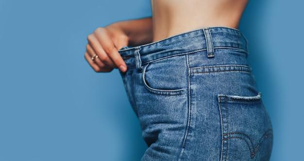 Cuerpo de mujer flaca con jeans holgados