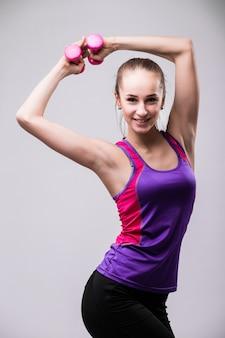 Cuerpo de mujer joven fitness aislado sobre fondo negro