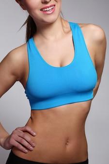 El cuerpo de la mujer en ropa deportiva