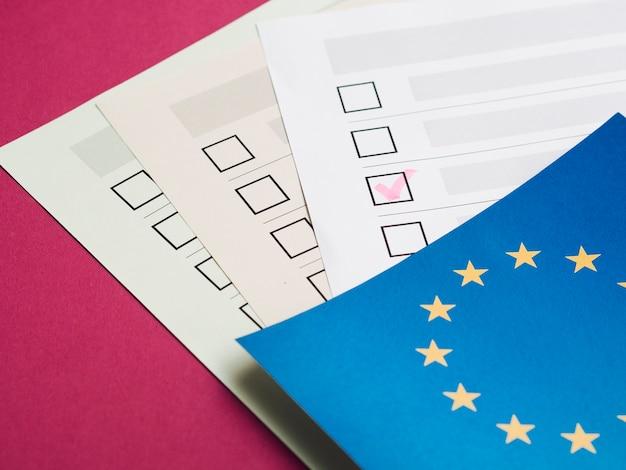 Cuestionario electoral completado de alto ángulo