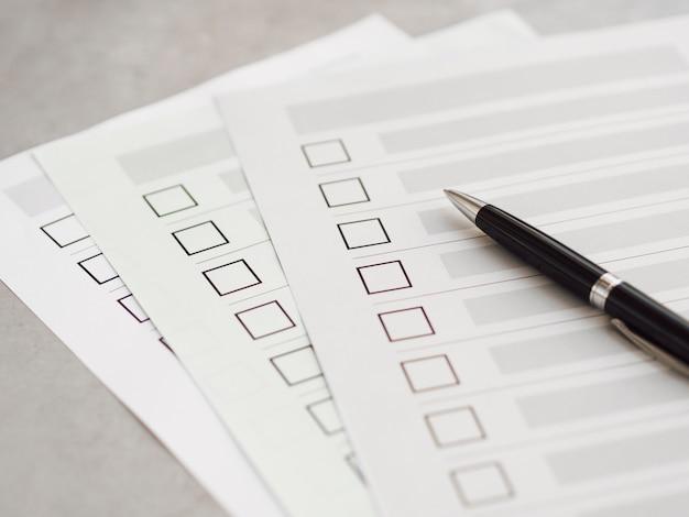 Cuestionarios de elección múltiple de alto ángulo con bolígrafo negro