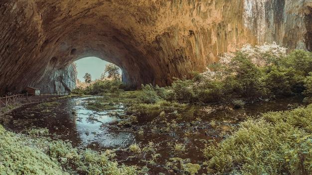 Cueva de devetashka en bulgaria