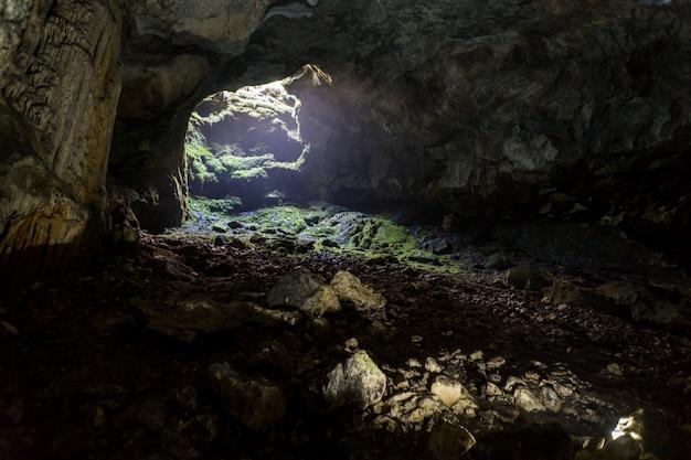 Cueva de estalactitas, estalagmitas y otras formaciones en emine-bair-khosar, crimea