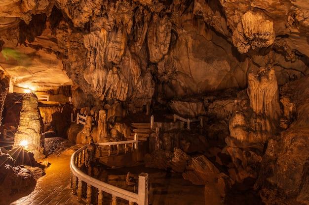 Cueva de jang, hermosa cueva en vangveang, laos.