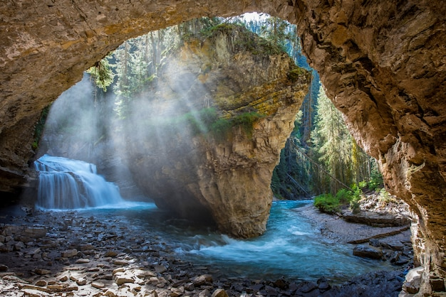 Cueva de johnston canyon en temporada de primavera con cascadas, johnston canyon trail, alberta, canadá