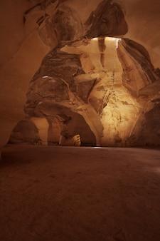 Cueva con luz natural.