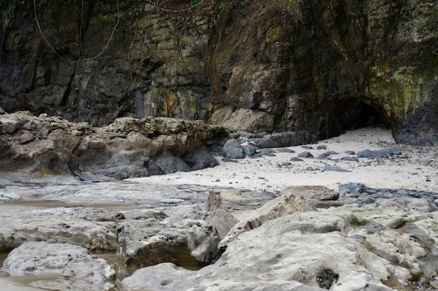 Cueva de piedra en la playa