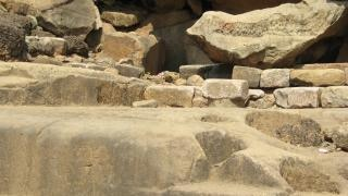 Cueva de roca khandagiri en la india