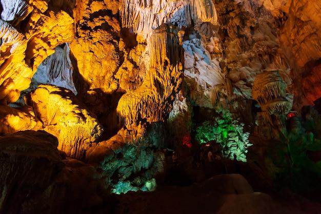 Cueva thien cung, bahía de halong, vietnam