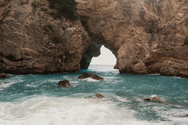 Cuevas y mar en el área de alanya, turquía