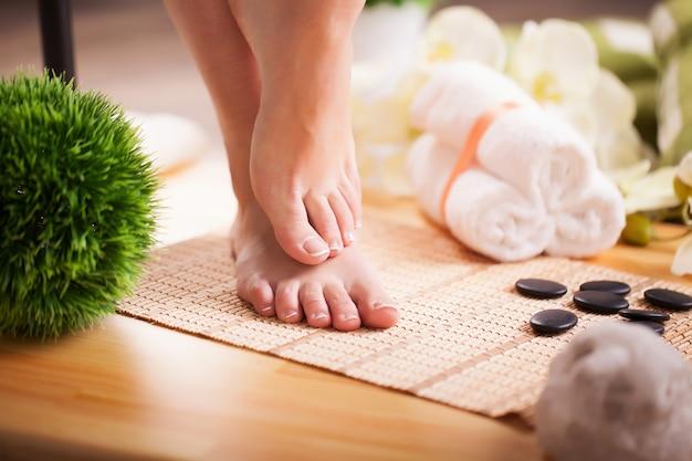 Cuida las piernas de una mujer hermosa en el piso