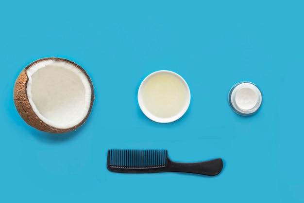 Cuidado del cabello. productos cosméticos de coco: aceite de coco, crema, peine para el cabello. conjunto, composición, naturaleza muerta. cosmética orgánica natural. belleza, salud de cara y cabello. vista plana lay.top.