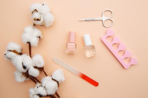 Cuidado de uñas. un conjunto de herramientas profesionales para manicura y pedicura en superficie rosa.