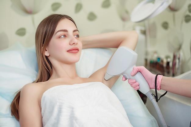 Cuidado del cuerpo. depilación láser en las axilas
