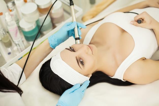 Cuidado del cuerpo. mujer que recibe análisis de la piel de la cara. cosmetología