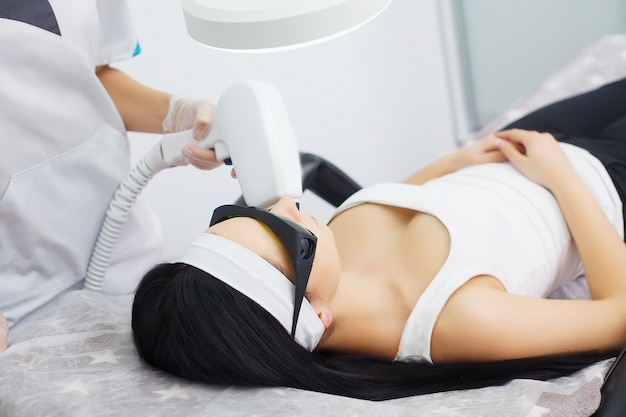 Cuidado del cuerpo. mujer que recibe el análisis de la piel de la cara. cosmetología