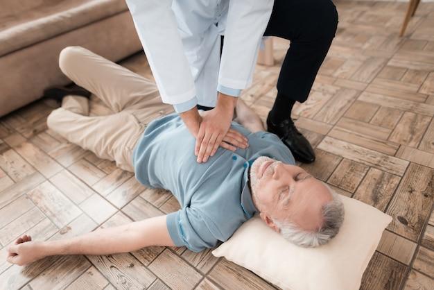 Cuidado médico salvar a un anciano sin pulso.