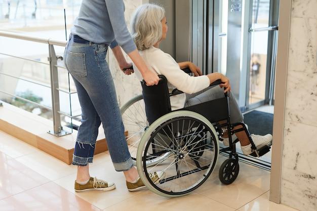 Cuidado de la mujer para paciente discapacitado