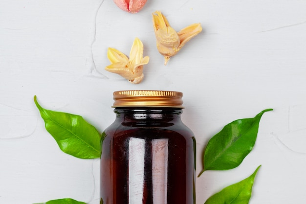 Cuidado de la piel cosmética natural botella en blanco envasado con hojas de hierba