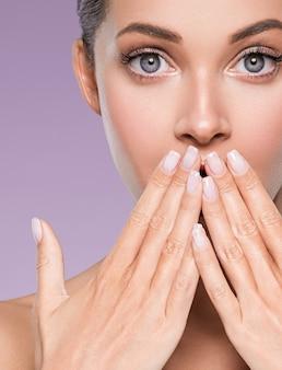 Cuidado de la piel mujer belleza cara cara sana piel modelo cosmético emocional y feliz con las manos