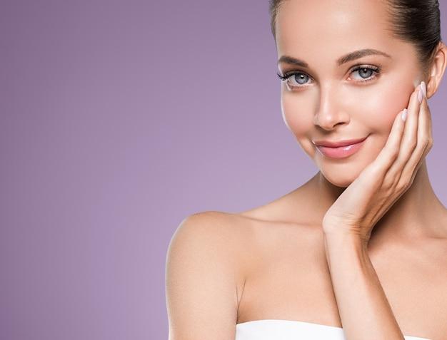 Cuidado de la piel mujer belleza cara cara sana piel modelo cosmético emocional y feliz