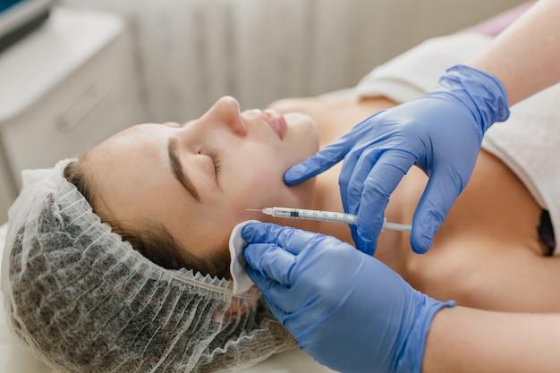 Cuidado de la piel, procedimiento de cosmetología de mujer bonita en el hospital. rejuvenecimiento, inyecciones, terapia profesional, salud, plástico, botox, belleza.