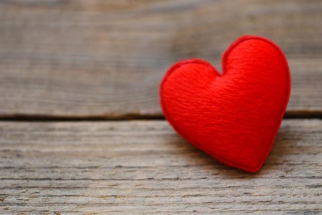 Cuidado de la salud amor donación de órganos seguro familiar día mundial de la salud esperanza gratitud covid-19 alivio del coronavirus corazón sobre madera dar amor filantropía donar ayuda calor calidez cuidar el día de san valentín