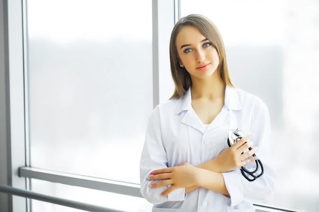 Cuidado de la salud. doctora de pie en el pasillo del hospital.