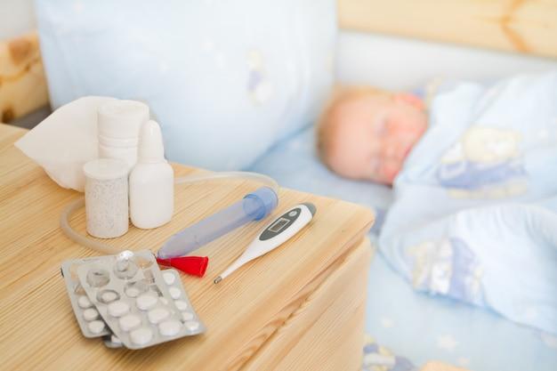 Cuidado de la salud - drogas y tejido con el bebé enfermo