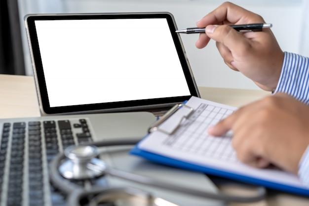 Cuidado de la salud escribiendo receta médico trabajando con computadora portátil