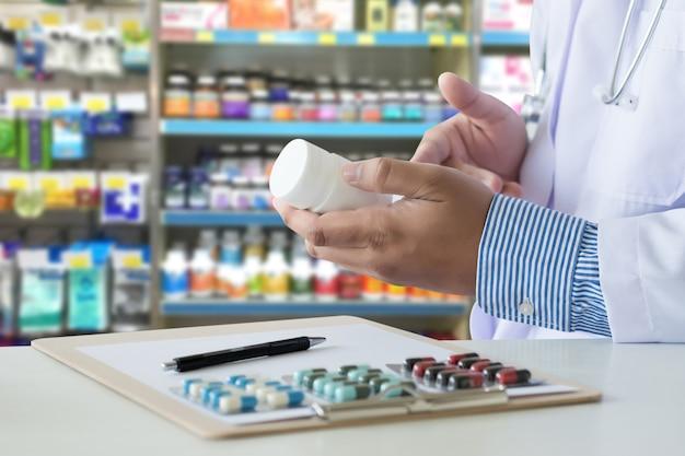 Cuidado de la salud, tenencia, en, droguería paquete, píldoras anticonceptivas, farmacia, farmacia