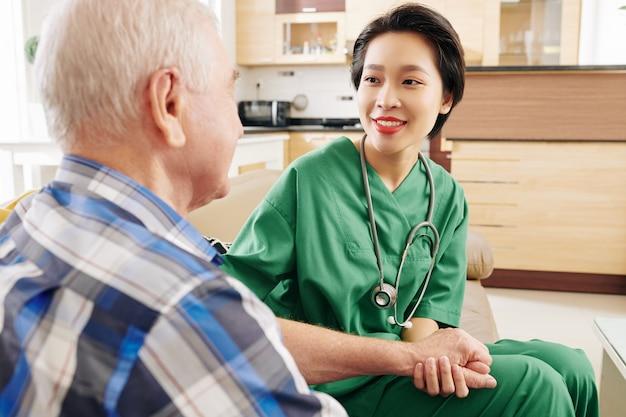Cuidador visitando paciente mayor